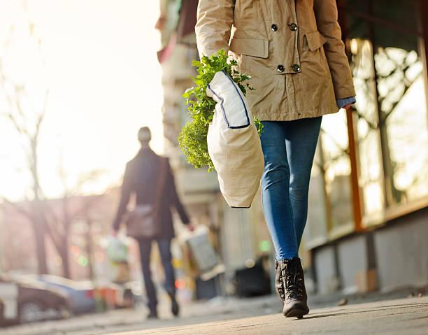 Die Shopper mit einem wiederverwendbaren Lebensmittel-Tasche – Foto