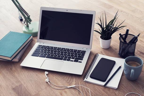 Ansprechende Design-Laptop und smartphone – Foto
