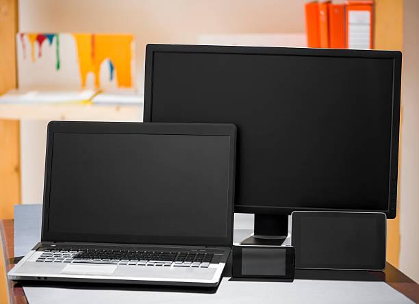 responsive design-mock-up - tablet mit displayinhalt stock-fotos und bilder