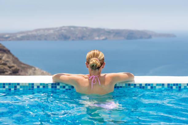 ruhe im infinity-pool - traum pools stock-fotos und bilder