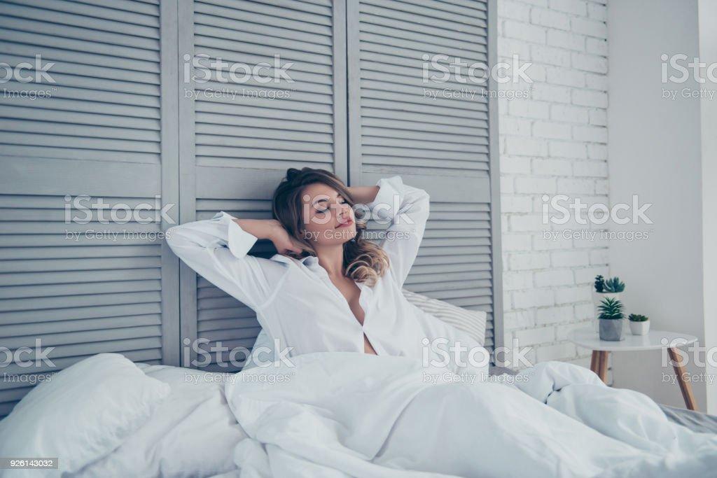 repos sommeil confort et gens concept jeune femme qui s etend