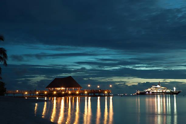 Restaurant und yacht auf dem Meer Sonnenuntergang Hintergrund – Foto