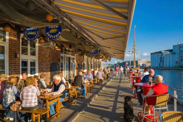 restaurant am hafen von neustadt in holstein - nordsee urlaub hotel stock-fotos und bilder