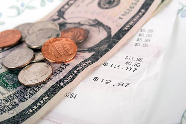 ресторан билл с доллар банкноты на тарелке и получения - dollar bill стоковые фото и изображения
