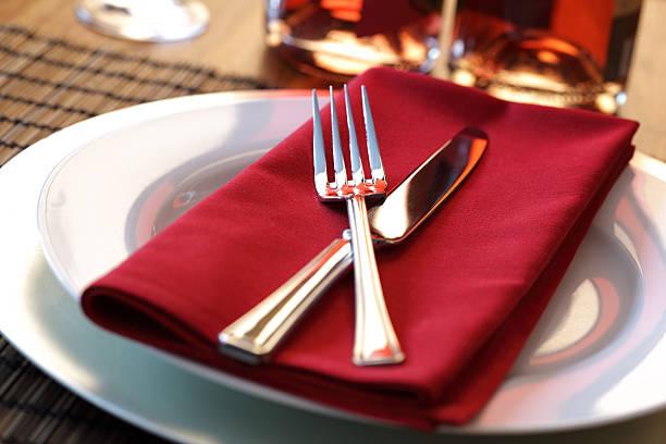 restaurant dinner-gedeck - roten küchentische stock-fotos und bilder