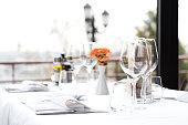 レストランのディナーテーブルセッティング、ナプキン& ワイングラス