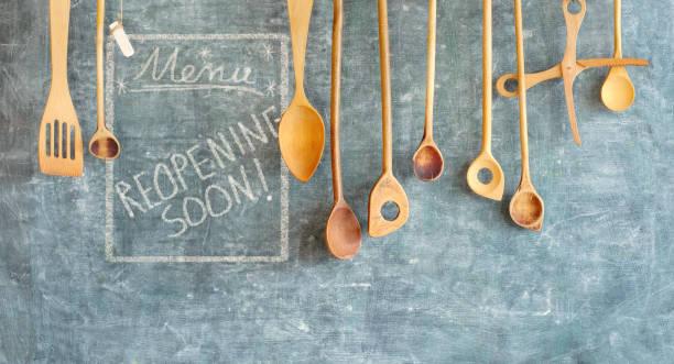 Restaurant-Display, Ankündigung wiedereröffnung nach der Corona-Sperre, Kochen, kulinarisches Konzept an der Tafel. Guter Kopierspeicher – Foto