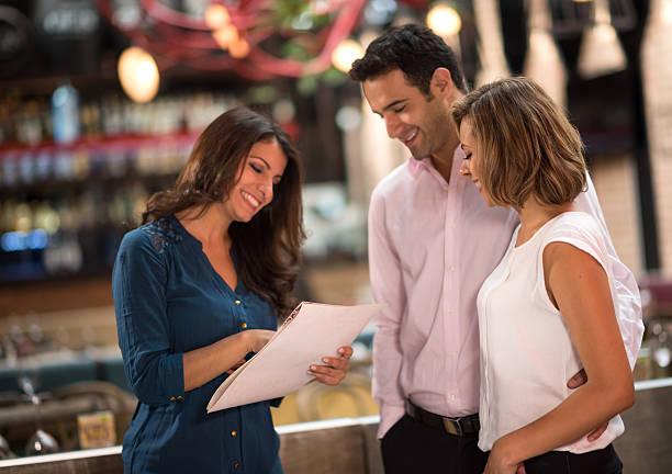 hostess acogedor restaurante de clientes - foto de stock
