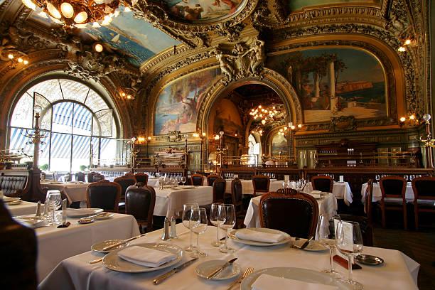 le restaurant le train bleu en gare de lyon - mode paris photos et images de collection