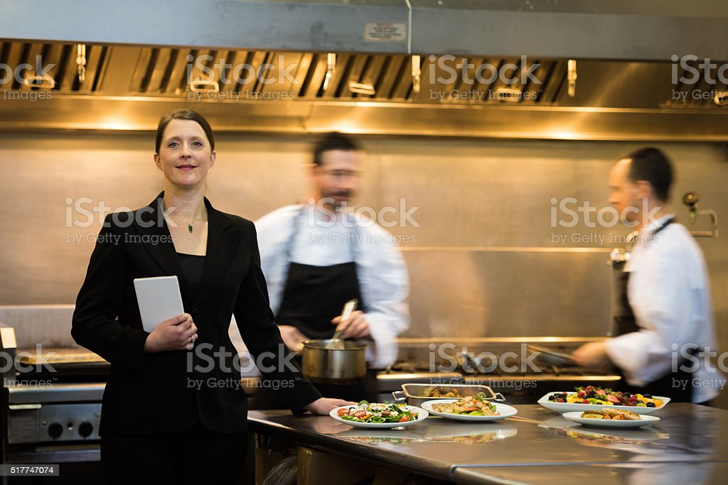 Gerente de restaurante en una cocina comercial - foto de stock