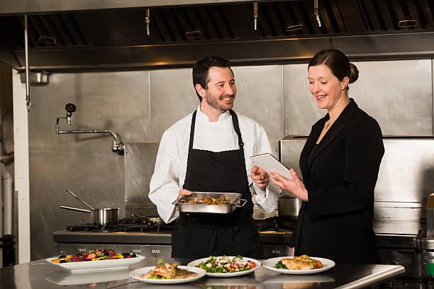 Gerente de restaurante con el chef profesional - foto de stock