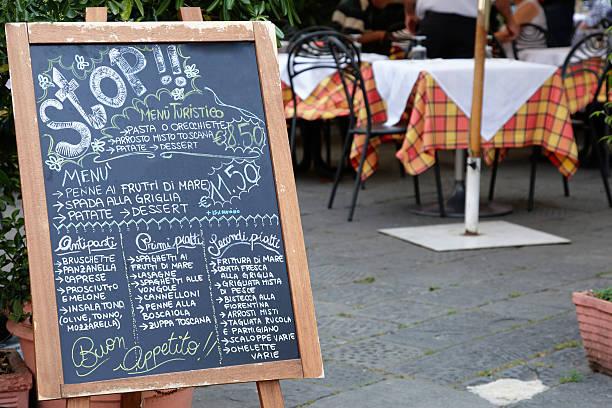restaurant menü auf tafel - italienische speisekarte stock-fotos und bilder
