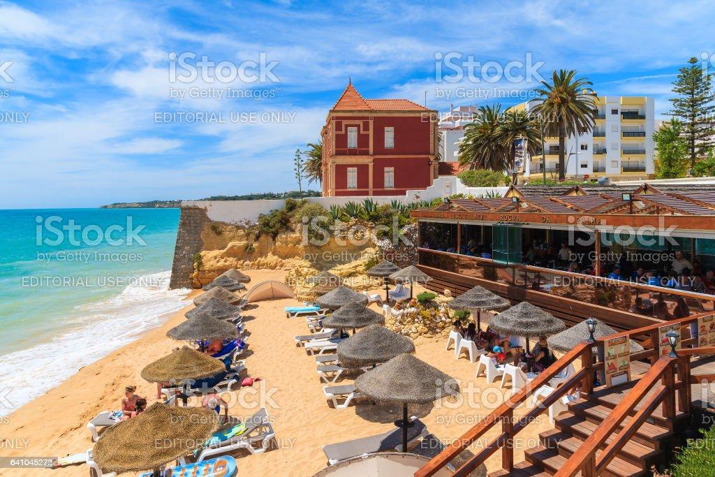 ARMACAO DE PERA BEACH, PORTUGAL - 17 de maio de 2015: restaurante na praia de Armacao de Pera, na região do Algarve, que é o mais popular destino de férias em Portugal. - foto de acervo
