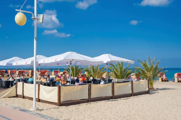 restaurant am strand in dahme - nordsee urlaub hotel stock-fotos und bilder