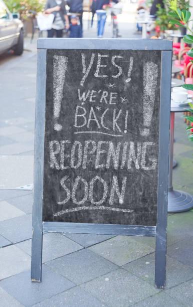 Restaurant oder Café-Display kündigt Wiedereröffnung Geschäft nach der Corona-Sperre, mit der Nachricht ja, wir sind zurück, Outdoor-Einstellung – Foto