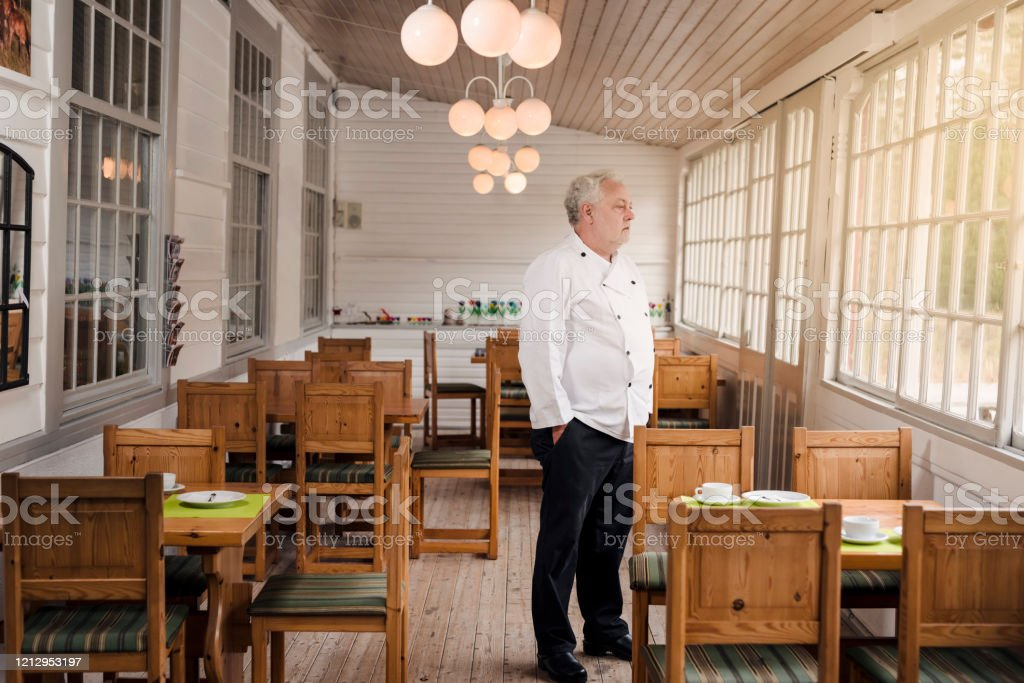 빈 식당에 서 있는 식당 주인. - 로열티 프리 COVID-19 스톡 사진