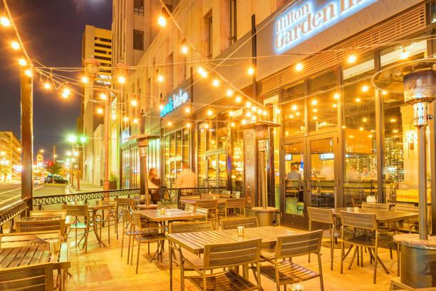 restaurant-terrasse in der innenstadt von phoenix arizona - terrassen lichterketten stock-fotos und bilder