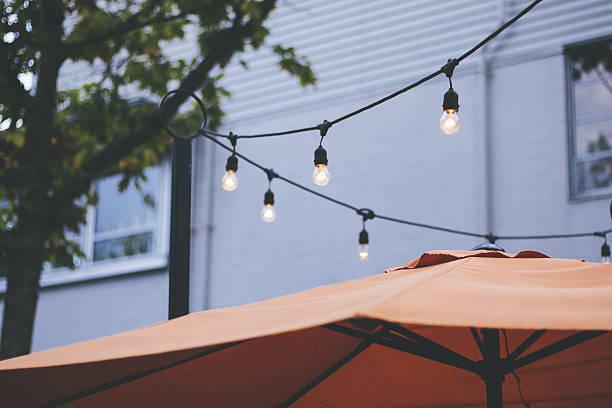 restaurant patio string lights - terrassen lichterketten stock-fotos und bilder