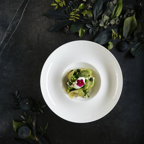 Restaurant Teller mit grünem Salat mit Avocado, Gurke, Spinat, Sellerie und Gurken gelee Top View – Foto