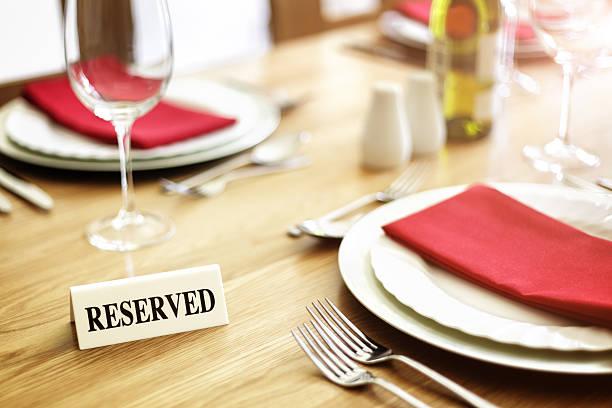 reservierten tisch-restaurant - roten küchentische stock-fotos und bilder