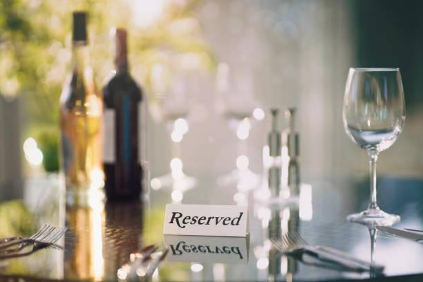 Restaurant reserviert Tischschild mit Platz einstellung und Weingläser bereit für eine Party – Foto