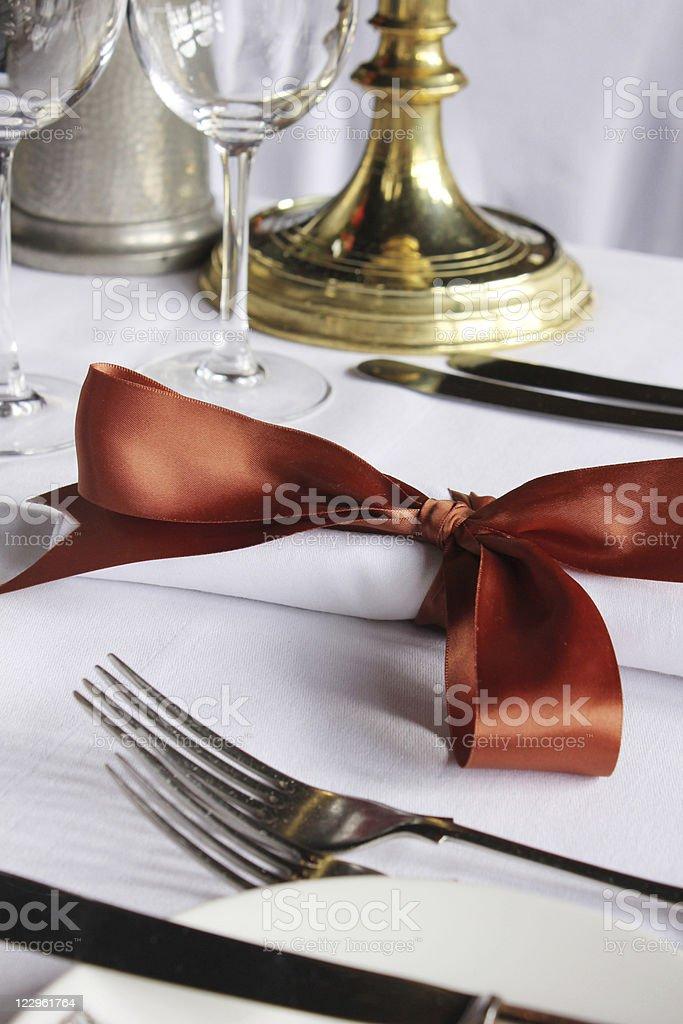 Juego de mesa para la cena en el restaurante - foto de stock