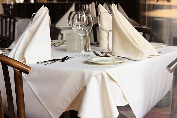 restaurant tisch bettwäsche, besteck gläser - outdoor esszimmer stock-fotos und bilder