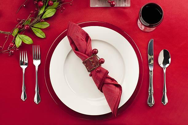 restaurant-tisch-anordnung - roten küchentische stock-fotos und bilder
