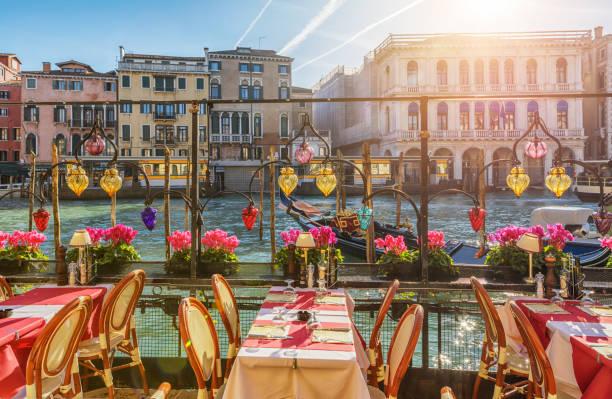 restoran tablolar yakınındaki venedik canal, i̇talya - i̇talyan kültürü stok fotoğraflar ve resimler