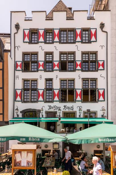 restaurant mit sitzgelegenheiten im freien und markanter front - restaurant köln stock-fotos und bilder