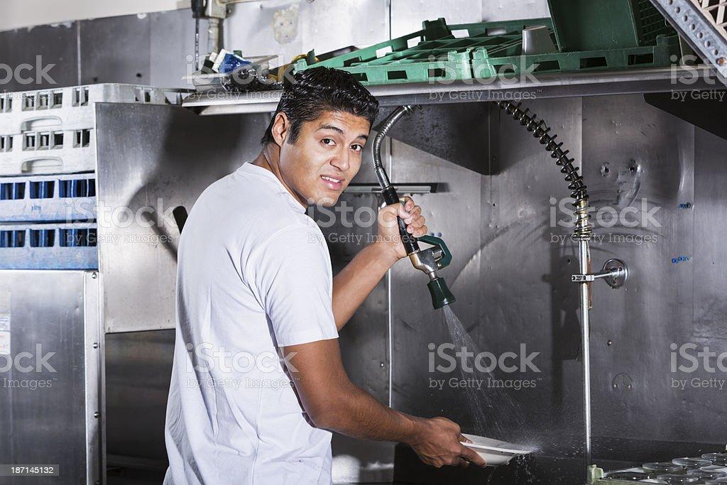 Restaurante trabalhador na cozinha - foto de acervo