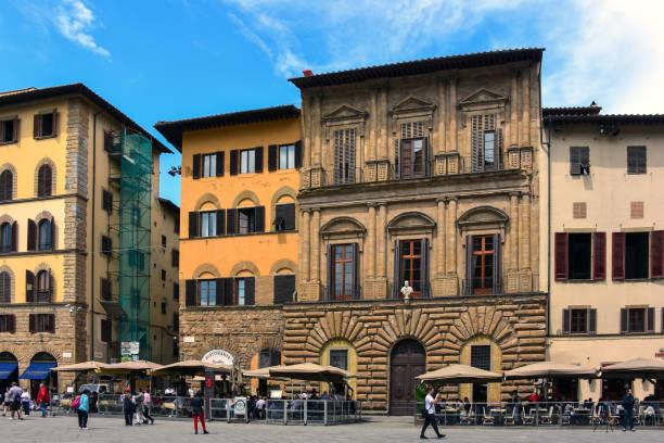 restaurants de la célèbre piazza santa croce à florence, italie - camera sculpture photos et images de collection