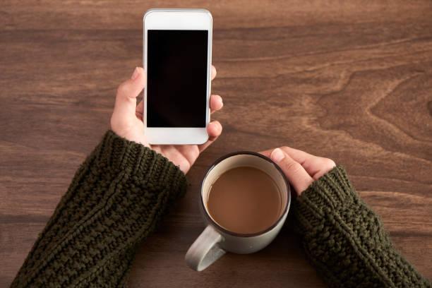 ruhezeit mit kaffee und smartphone - www kaffee oder tee stock-fotos und bilder