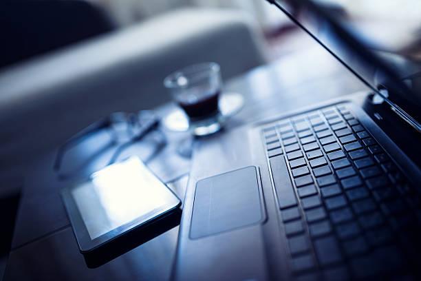 sich zeit, inkl. kaffee auf dem schreibtisch arbeiten. - grüner tee koffein stock-fotos und bilder