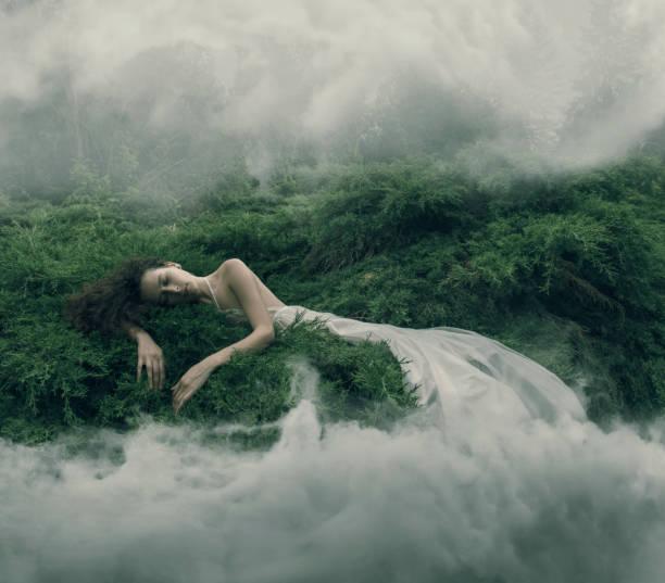 resting women in foggy bush - surrealistyczny zdjęcia i obrazy z banku zdjęć