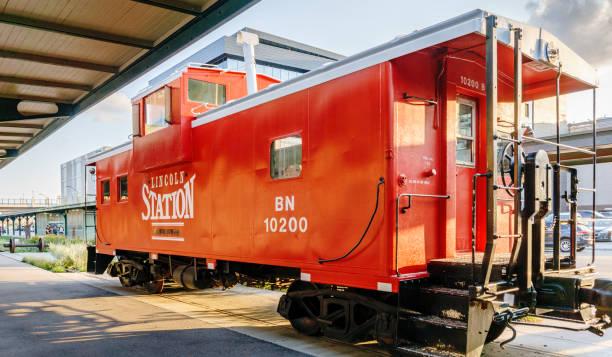 restaurierten nostalgiezug roter wagen - lincoln united stock-fotos und bilder