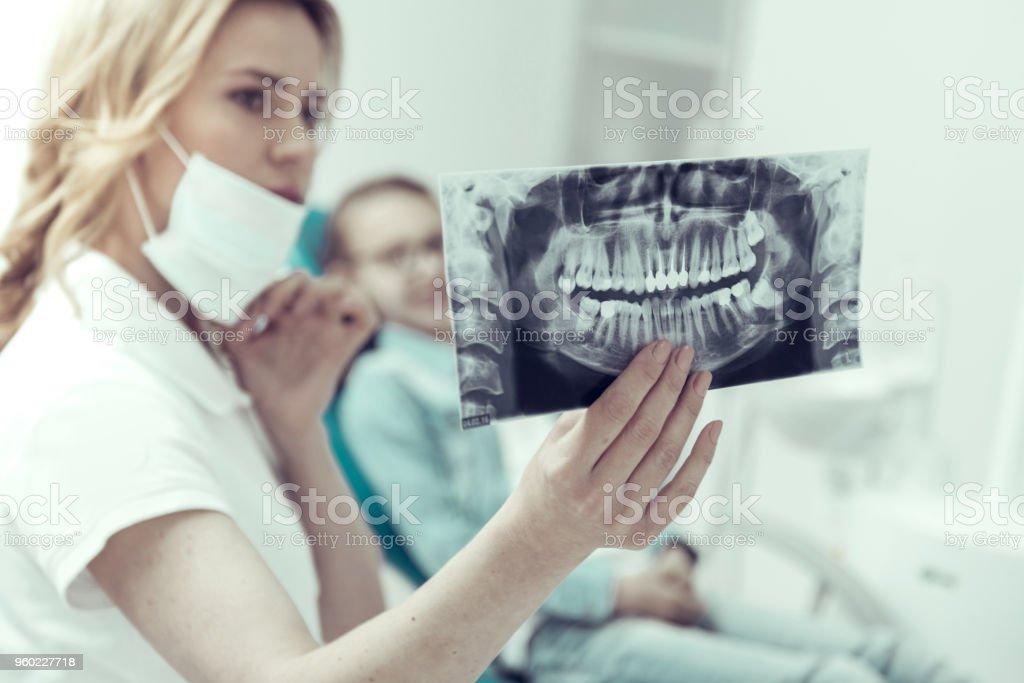 Ergebnisse der Röntgenaufnahme in den Händen von ein junger Zahnarzt – Foto