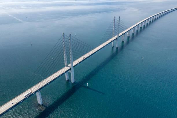 øresund, öresundsbron förbinder sverige med danmark - öresund bildbanksfoton och bilder