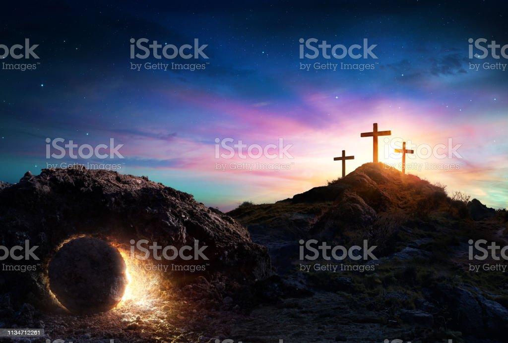Résurrection-tombeau vide avec la crucifixion au lever du soleil - Photo