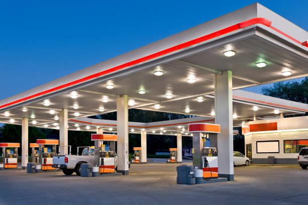 posto de gasolina de varejo e loja de conveniência retrabalhado - garage - fotografias e filmes do acervo