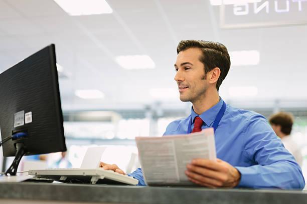 Retail store manager sitzen am Schalter – Foto