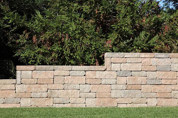 stützmauer mit brick häuserblocks - betonblock wände stock-fotos und bilder