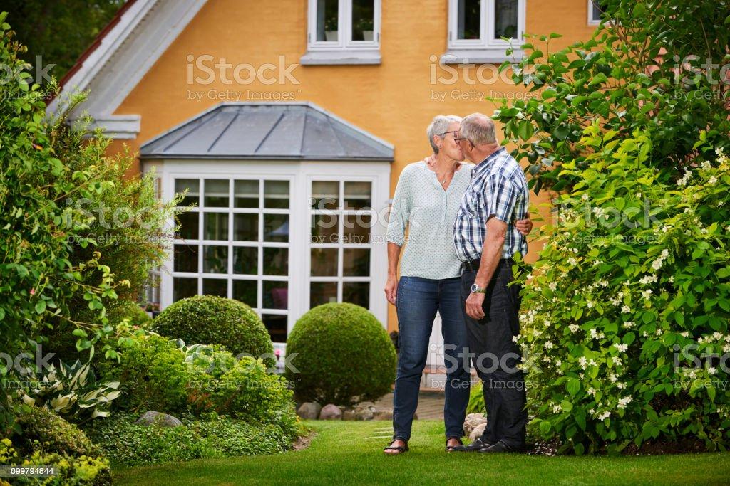 Park Als Tuin : Gepensioneerd echtpaar landgoed met park als tuin stockfoto en