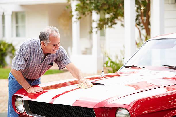 ehemaliger alter mann reinigung restaurierten auto - alten muscle cars stock-fotos und bilder