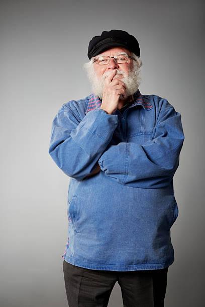 Ehemaliger senior Mannes mit ernsten Gesichtsausdruck – Foto