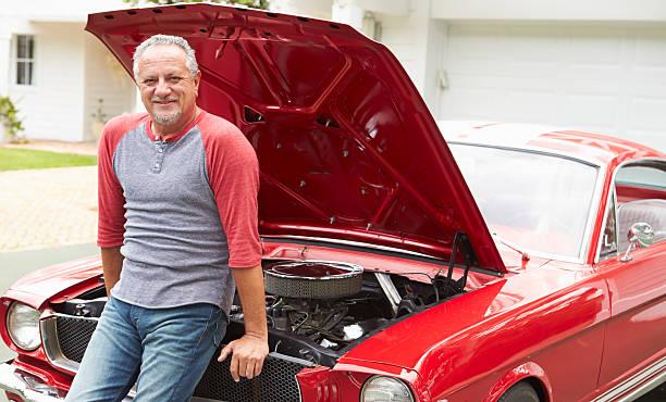 ehemaliger senior mann arbeitet auf renovierten classic car - alten muscle cars stock-fotos und bilder