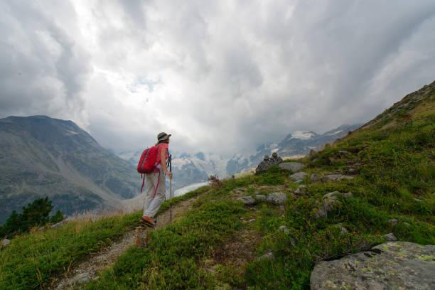 Rentnerin übt Wanderung im Hochgebirge – Foto