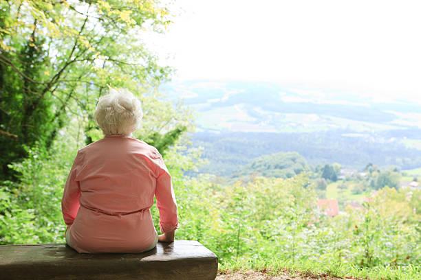retraite-solitude personne - veuve photos et images de collection