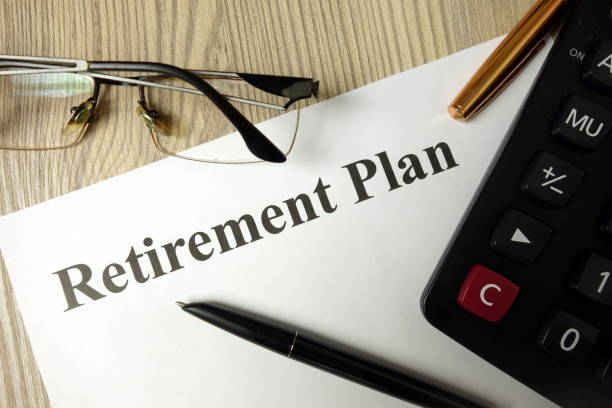 retirement plan with calculator pen and glasses - reforma assunto imagens e fotografias de stock