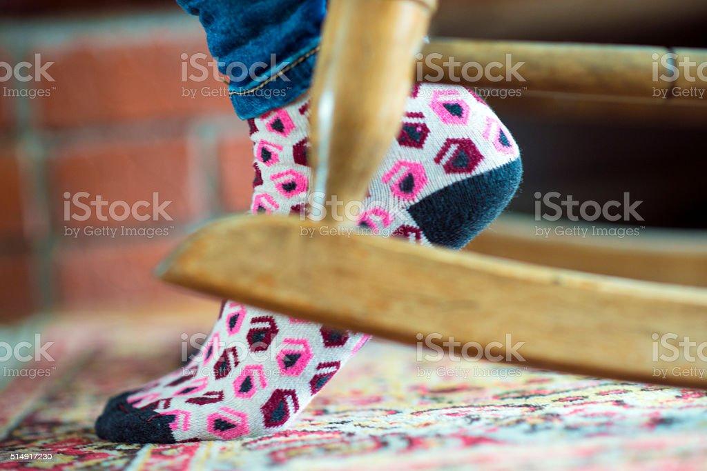 Aposentadoria-mulher relaxante na cadeira de balanço - foto de acervo